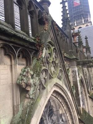 gevel met oude kantbloemen aan de Domkerk van Utrecht