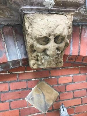 Vier grotesken in Amsterdam, grotesk 3, vom Wetter angegriffen