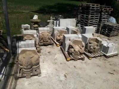 diverse blokken steen voor kraagstenen voor de Eusebiustoren op 22 meter hoogte