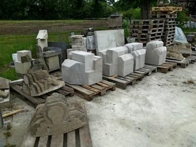 Bausteine für neue Konsolen auf dem Hof des beeldhouwerij