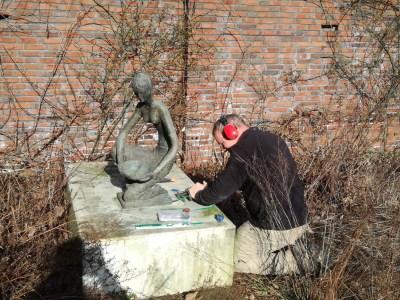 Dismantling  the bronze sculpture by Inka Klinckhard (various jobs)