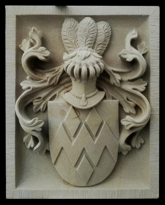 zandstenen familiewapen door beeldhouwer Koen van Velzen
