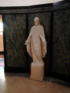 Het beeld van Jezus weer op een goede plek op zijn sokkel.