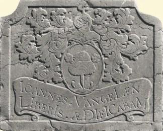 een familiewapen ondiep gehouwen in steen, als basreliëf