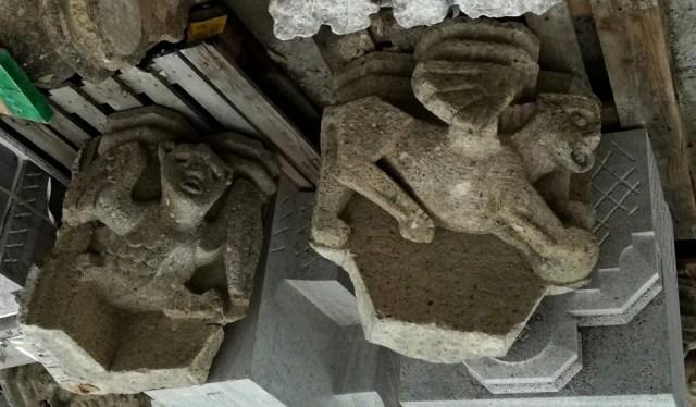 Cubist zwei geflügelte Wesen: alte Tuffstein Kragsteine aus 1954 von John Grosman des Eusebius Turm in Arnheim