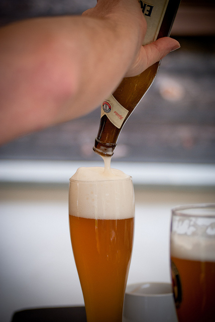 Pouring a wheat beer by Clemens V. Vogelsang on flickr