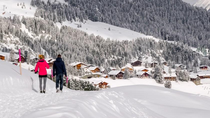 Winterwelten Arosa Lenzerheide Winterwanderung Winterwanderer Wanderer Innerarosa verschneite Landschaft rot