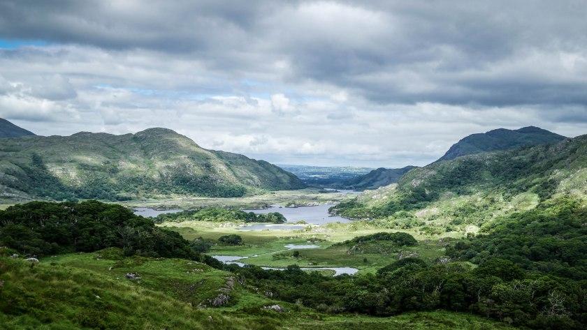 """Blick auf die Seenlandschaft des Killarney National Parks vom Aussichtspunkt """"Ladies' View""""."""
