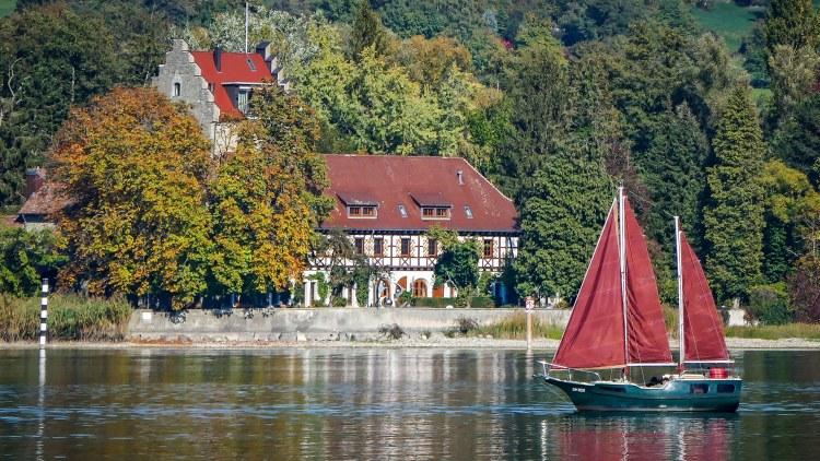 Burg Schloss Oberstaad Ketsch Zweimaster Segelyacht im Vordergrund
