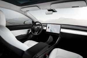 voiture électrique autouroute Tesla model S intérieur