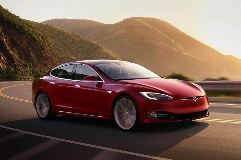 Tesla Model S - voiture électrique autoroute
