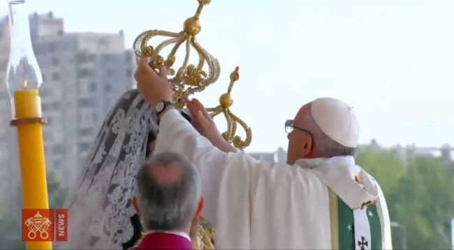 https://i0.wp.com/beginningandend.com/wp-content/uploads/2018/02/Pope-Francis-crowns-Mary-as-Queen-of-Heaven-Roman-Catholic-heresy-e1518434397221.jpg