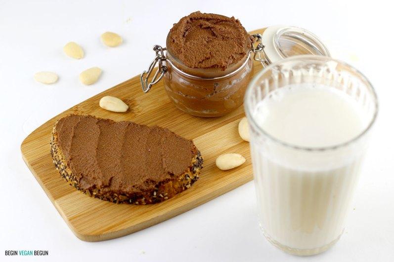 Leche de almendras y untable de chocolate