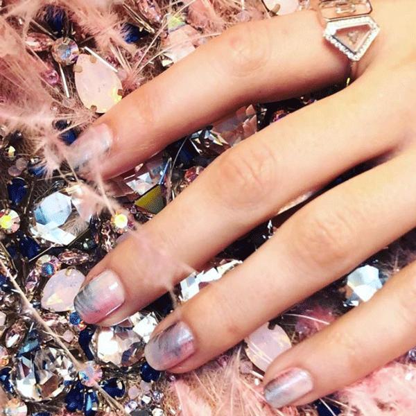 Anna kendrick, Grammys, chrome nails