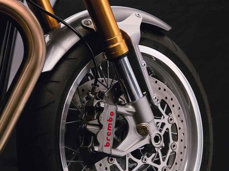 thruxton_r_detail_front_forks_brake