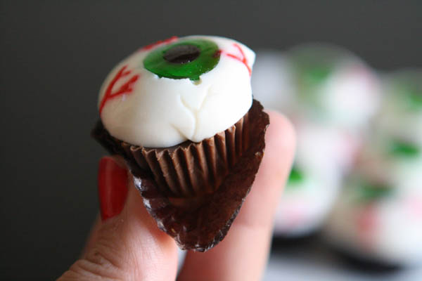Spooky eyeballs with Hershey halloween candy #TrickOrSweet #AD