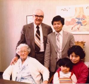 BH62-14-7068-圖四.1982年與霍金斯女士和微牧師合影21