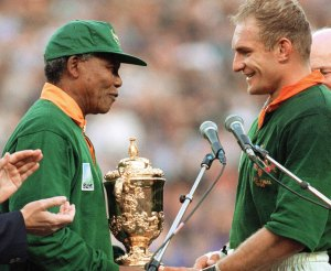 BH63-06-7100-圖2:1995年曼德拉頒獎給獲得世界英式橄欖球冠軍的南非隊