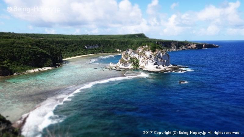 """深い青が印象的な """"マリアナブルー"""" の海をもつサイパンの写真"""