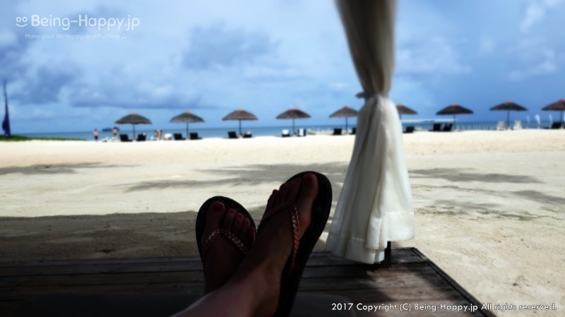 ビーチと自分の足