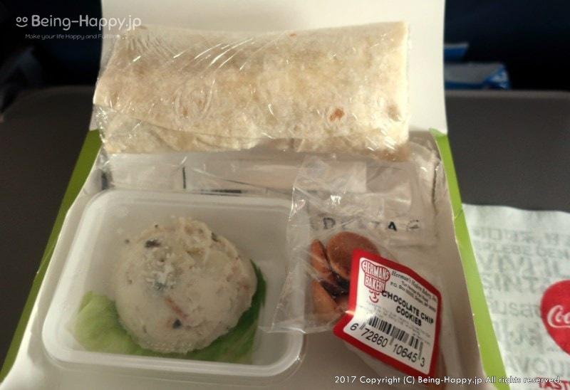 機内食の中身ーラップサンドとポテトサラダ