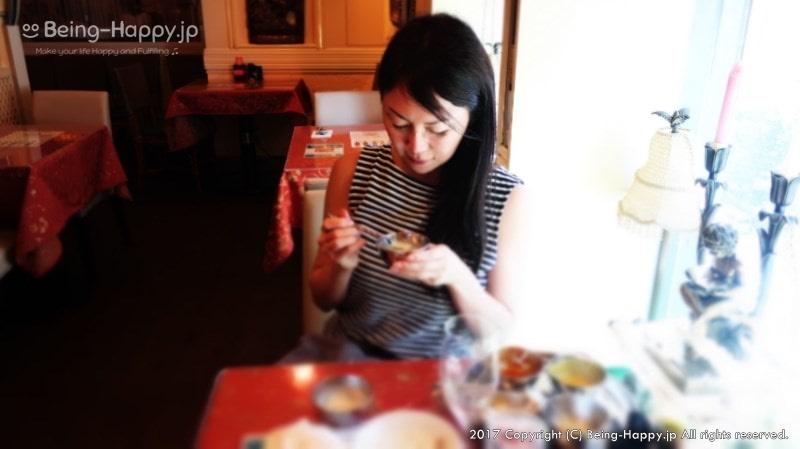 カレーやデザートを食べている茶子