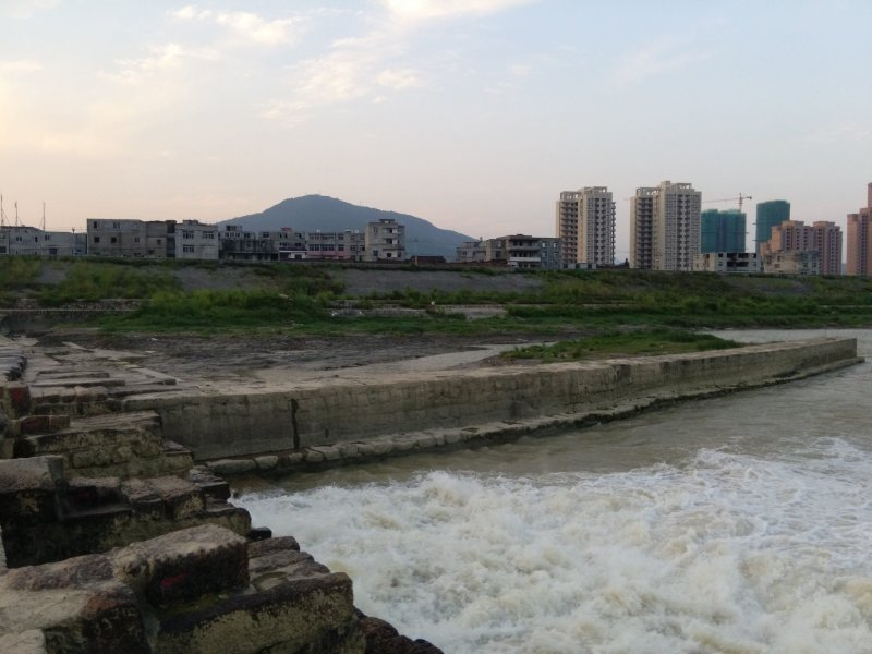 River flowing through Putian, buildings in background