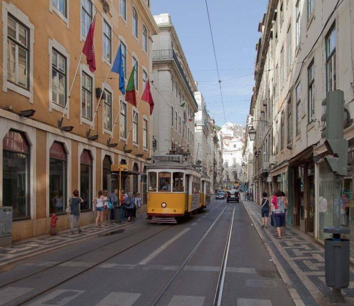 http://upload.wikimedia.org/wikipedia/commons/7/76/Tranv%C3%ADa_553_en_Rua_da_Concei%C3%A7%C3%A3o,_Lisboa,_Portugal,_2012-05-12,_DD_01.JPG