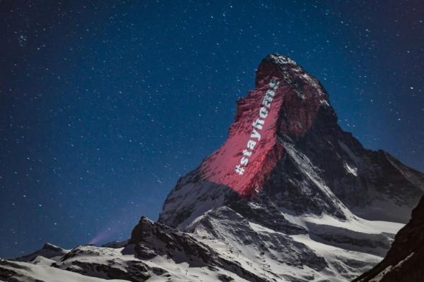 إضاءة جبل ماترهون عند الحدود الايطالية السويسرية تضامنا ضد كورونا