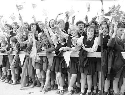 a1773_rv660-children-cheering-1954.jpg