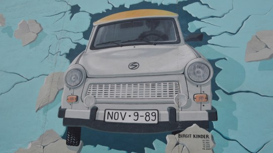 Kinder Trabi East Side Gallery Berlin be kitschig