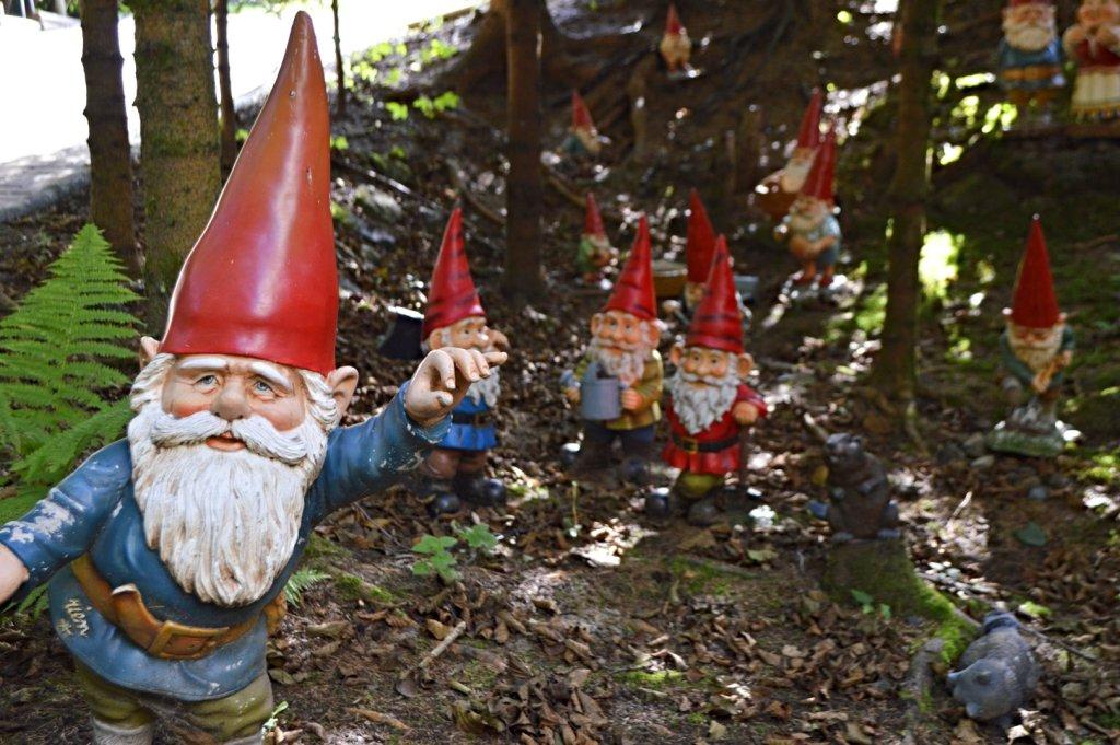 Heinzelmännchen im Zwergenpark  bekitschig.blog travel kitschy Garden Gnome Park Trusetal