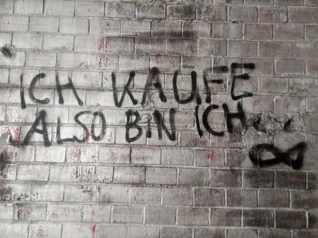 street art postcards from Berlin #21 bekitschig.blog - Ich kaufe also bin ich