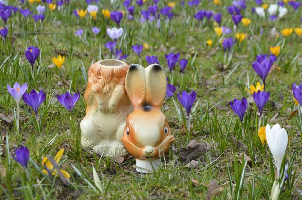Ostergrüße Be Kitschig Blog -- Berlin süßer retro Osterhase auf der Wiese mit Blumen - Maybe this Bunny is a bit  creepy