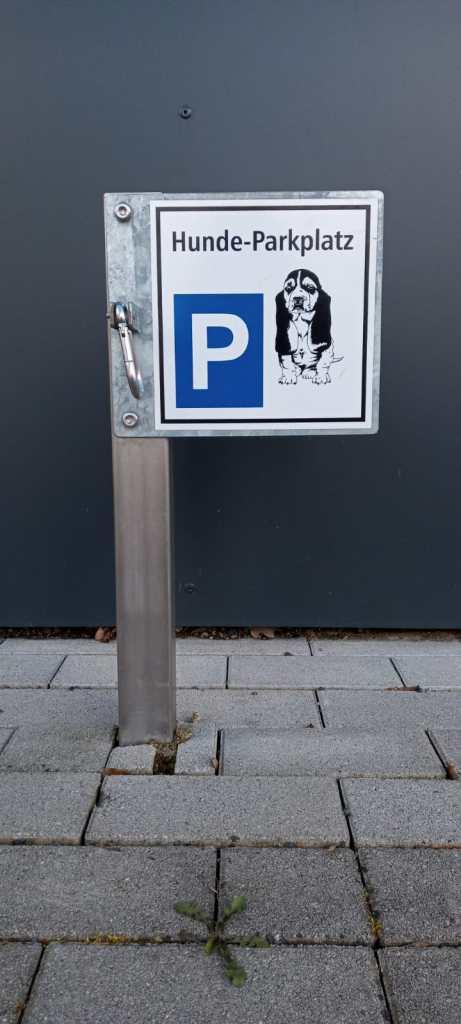 Hundeparkplatz vor Supermarkt - dog parking - odd objects - bekitschig.blog Berlin