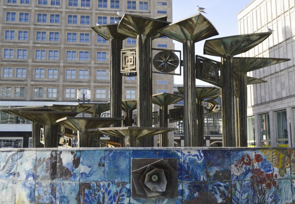 Brunnen der Völkerfreundschaft Alexanderplatz Berlin Springbrunnen - bekitschig.blog