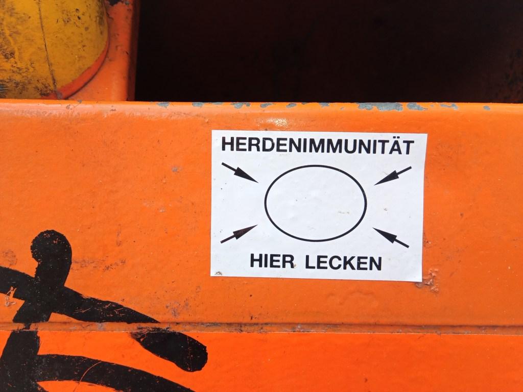 Herden Immunität hier lecken - Mülleiner Berlin - street art postcards #23 - bekitschig.blog