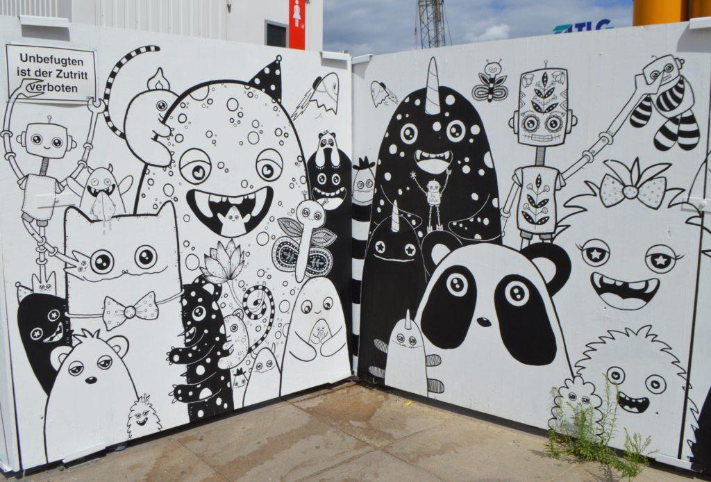 street art monsters by Rabea Senftenberg - Alexanderplatz Berlin Straßenkunst Baustelle - construction site mural A-fence bekitschig.blog
