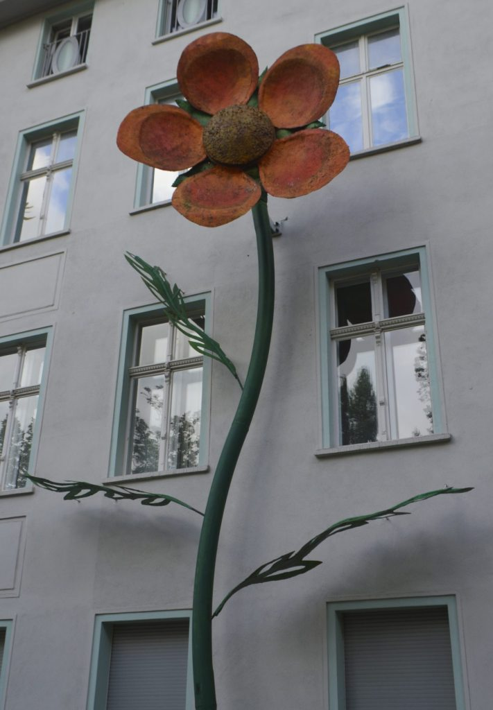 bekitschig.blog - Riesenblumen Treptower Park Berlin - unusual street art - Blumen Skulpturen - Ärztehaus an den Treptowers