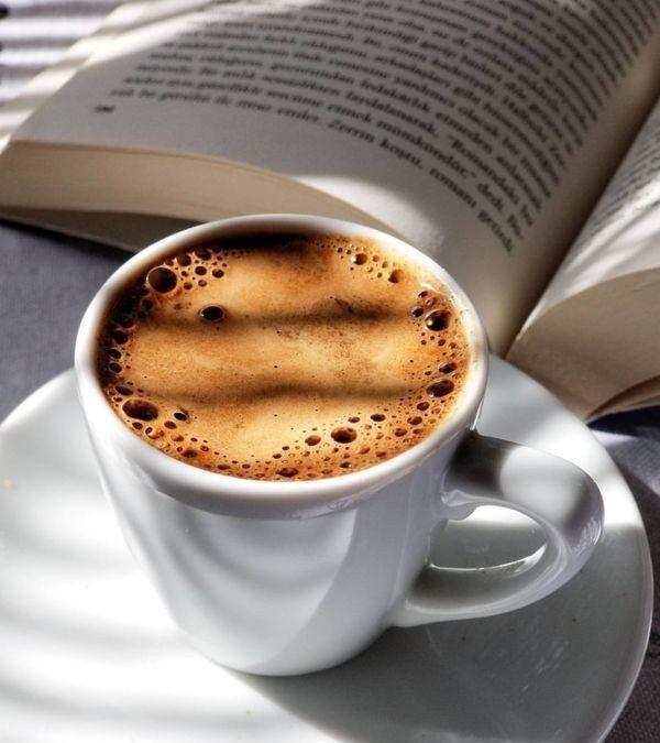 O cană fierbinte și bună de cafea