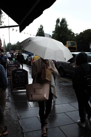 orang dublin ada yang pake payung juga lho