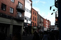 tipikal bangunan di kota ya begitu. bata ekspos tapi ditempelin nama toko dengan gaya modern