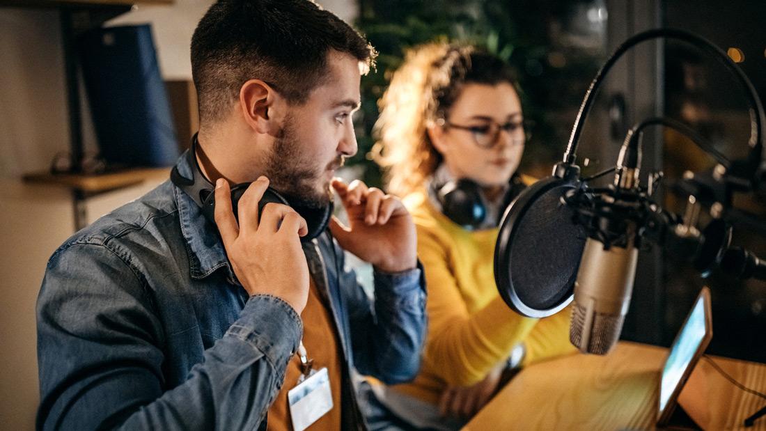 Man en vrouw in geluidsstudio