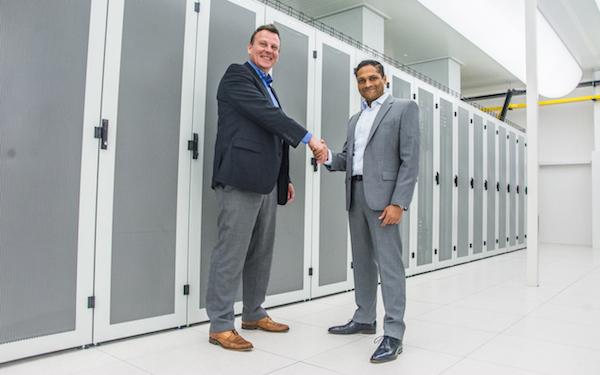 Jeroen Termijn (links), Regional Sales Manager Europe bij Powertek en Roy Premchand, Managing Director van 3W Infra (bron foto: 3W Infra)