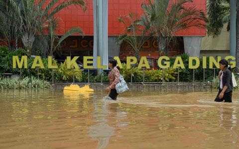 https://i0.wp.com/belisewarumah.com/wp-content/uploads/2013/01/kelapa-gading-banjir-1.jpg