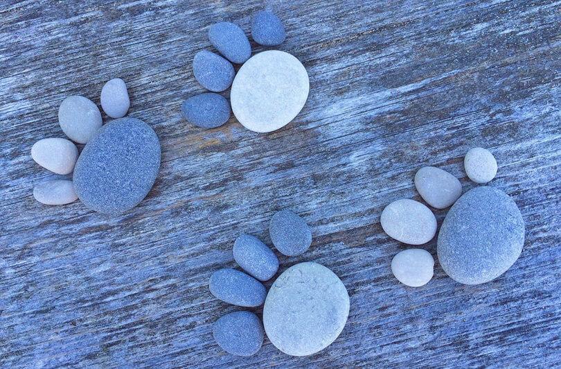 mancsnyomok kőből kirakva