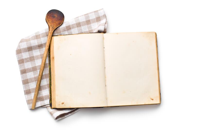 receptkönyv, fakanál és konyharuha