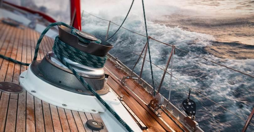 vitorlás hajó viharban