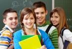 négy diák mosolyogva egy csoportban