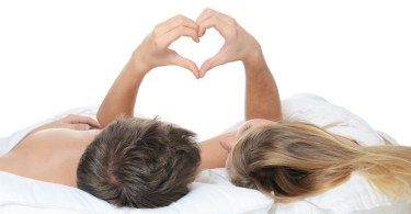 fiatal lány és fiú az ágyban